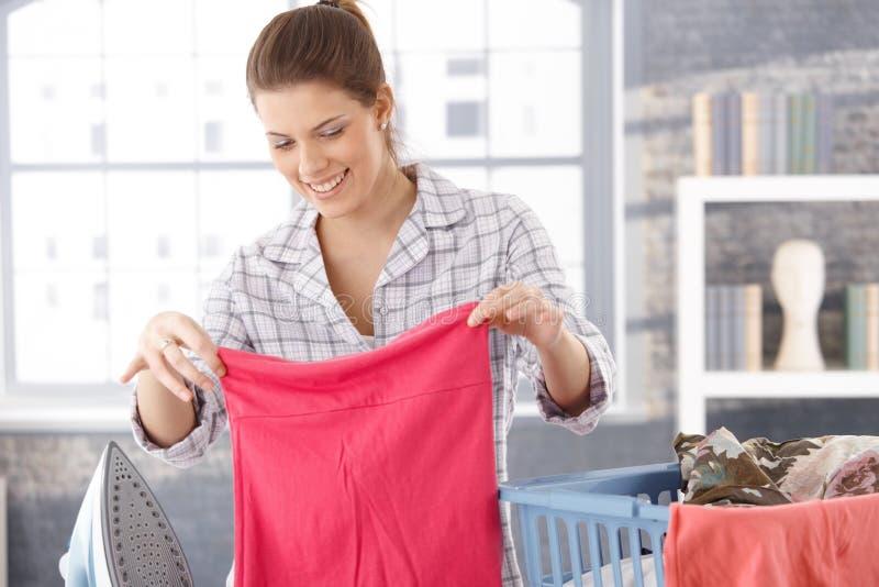 Mujer feliz que hace el lavadero imagenes de archivo