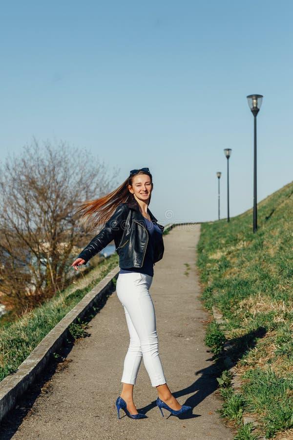 Mujer feliz que hace girar, muchacha turística fotos de archivo