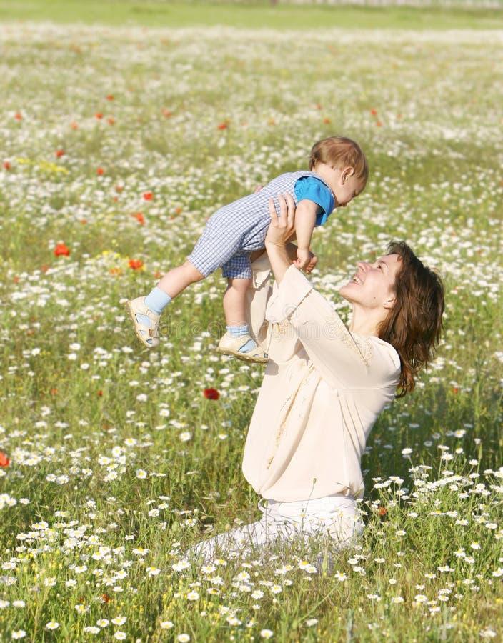 Mujer feliz que juega con el hijo fotografía de archivo