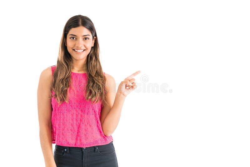 Mujer feliz que lleva el top rosado en estudio imagenes de archivo
