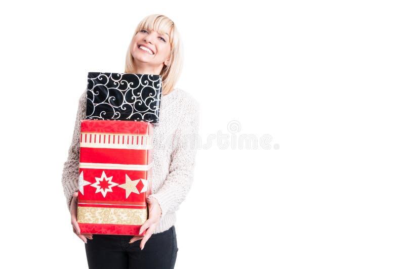 Mujer feliz que lleva presentes calientes de la tenencia del suéter foto de archivo libre de regalías
