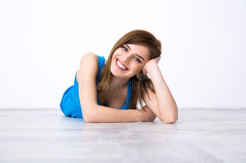 Mujer feliz que miente en el suelo imágenes de archivo libres de regalías