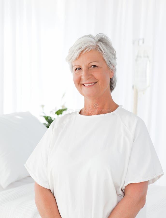 Mujer feliz que mira la cámara en un hospital fotos de archivo