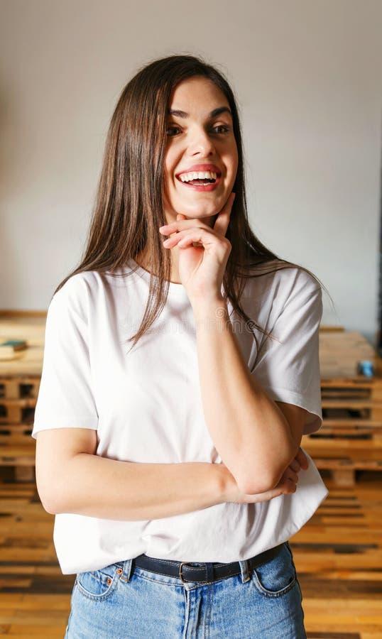Mujer feliz que mira lejos imagenes de archivo