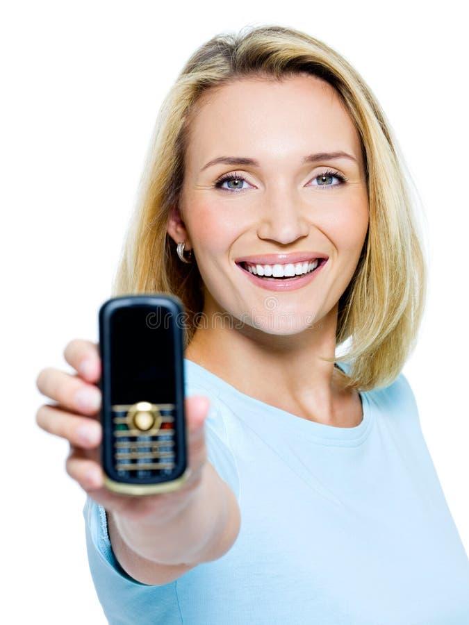 Mujer feliz que muestra el teléfono móvil imágenes de archivo libres de regalías