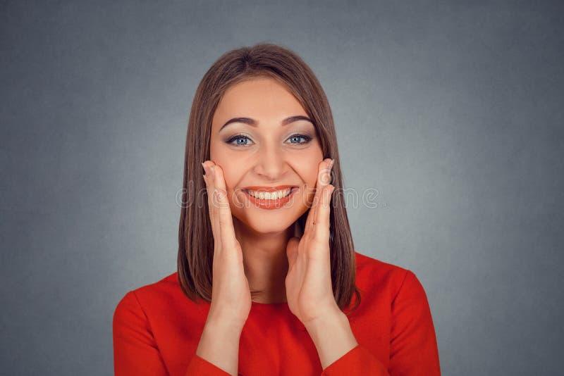 e224c527b1d8 Mujer feliz que parece excitada, sorprendido en incredulidad completa  fotografía de archivo