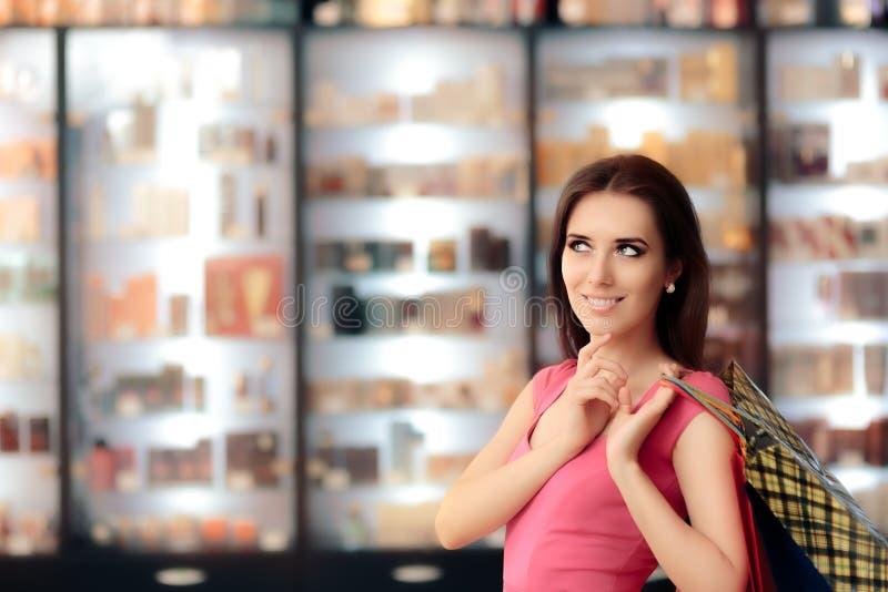 Mujer feliz que piensa y que sostiene los panieres fotografía de archivo libre de regalías