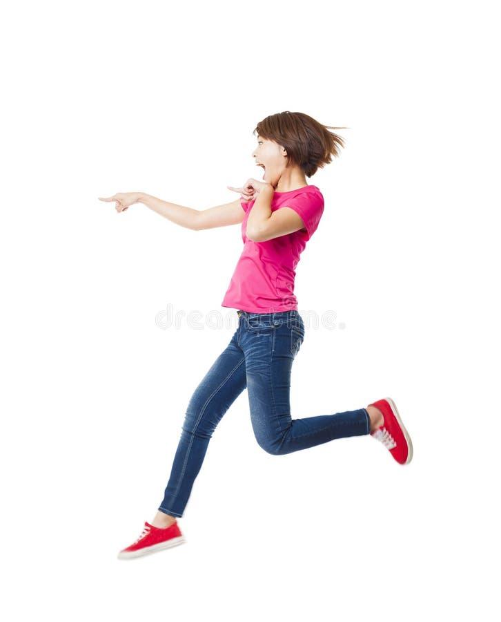 mujer feliz que salta y que señala fotos de archivo libres de regalías