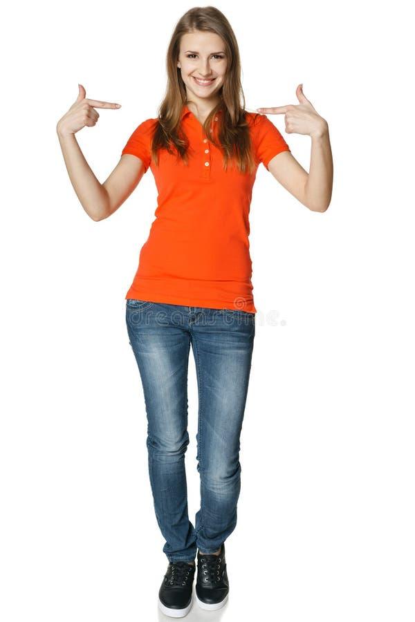Mujer feliz que señala en sí misma que se coloca en integral fotos de archivo libres de regalías