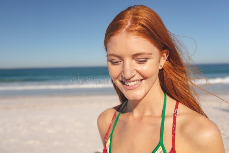 Mujer feliz que se coloca en la playa fotos de archivo libres de regalías
