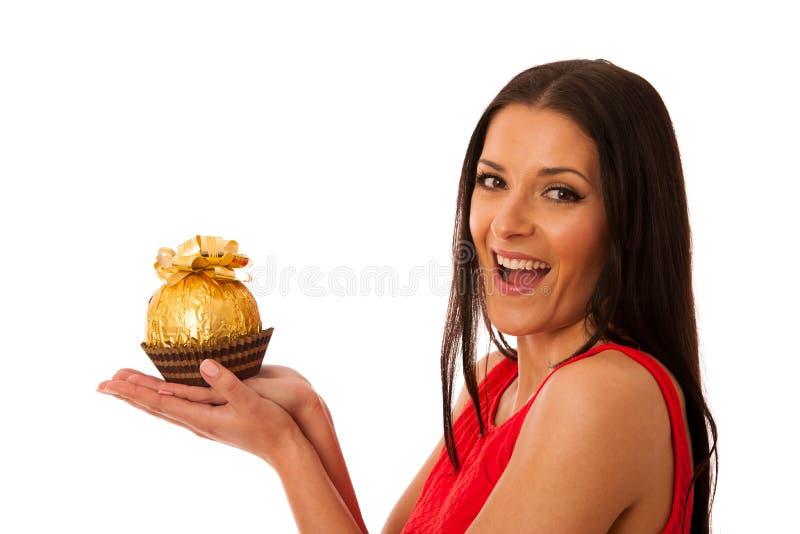Mujer feliz que sostiene el caramelo de chocolate grande recibido como regalo fotos de archivo