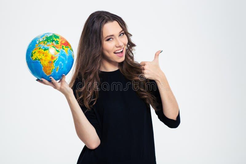 Mujer feliz que sostiene el globo y que muestra el pulgar para arriba foto de archivo libre de regalías