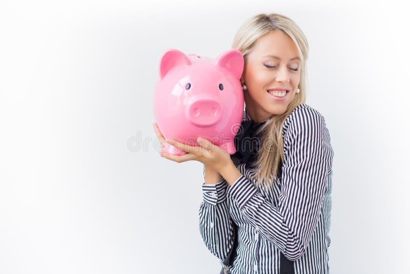 Mujer feliz que sostiene la hucha fotos de archivo libres de regalías