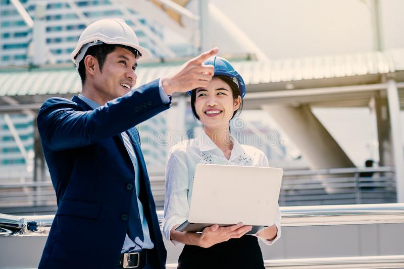 Mujer feliz que trabaja con su encargado como ingeniero del aprendiz imagenes de archivo
