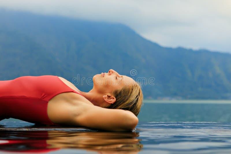 Mujer feliz relajándose en el balneario termal del volcán Batur imágenes de archivo libres de regalías