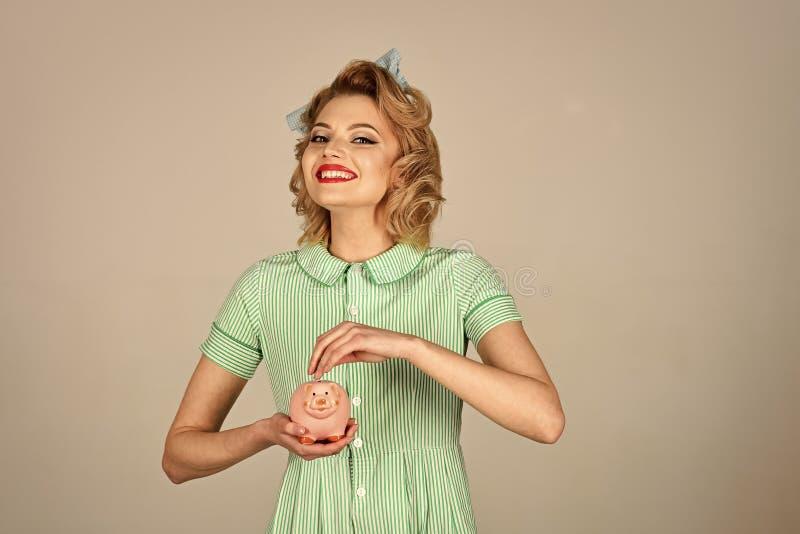 Mujer feliz Retrato de la señora joven hermosa que se sostiene en caja de dinero de manos foto de archivo