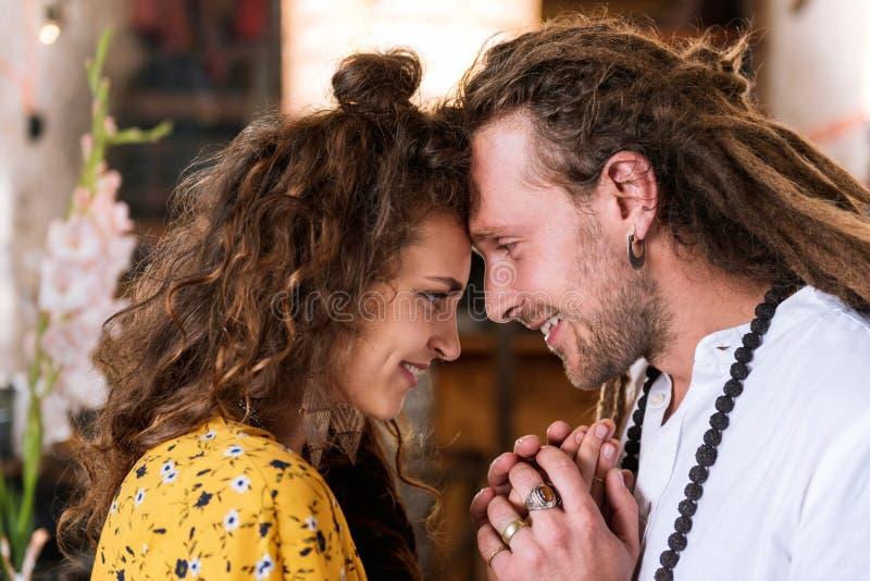 Mujer feliz rizada que siente la gran ayuda de su marido imagen de archivo