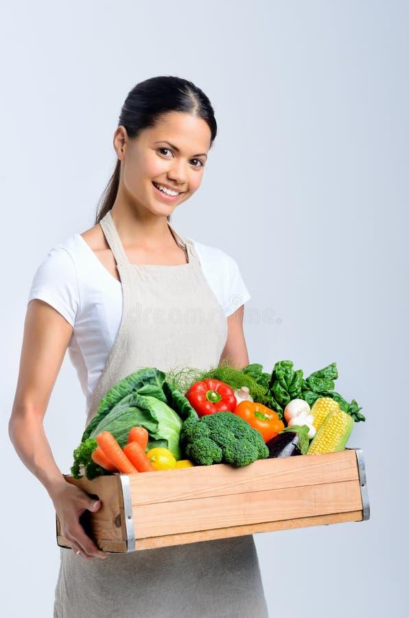 Mujer feliz sana con el cajón de verduras imagen de archivo