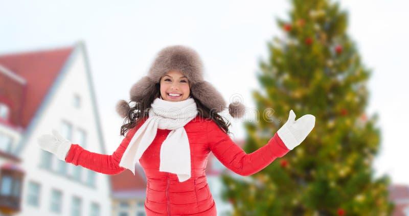 Mujer feliz sobre el árbol de navidad en Tallinn imagenes de archivo