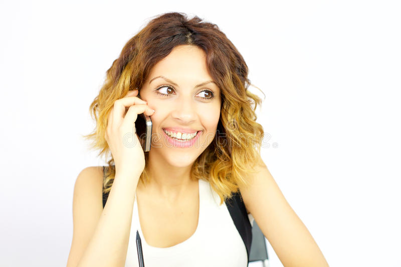 Mujer feliz sonriente en el teléfono aislado fotografía de archivo