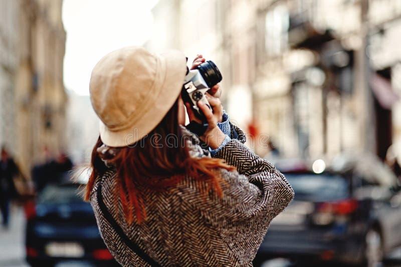 Mujer feliz y elegante del inconformista que toma la foto con la leva de la foto de la película foto de archivo libre de regalías