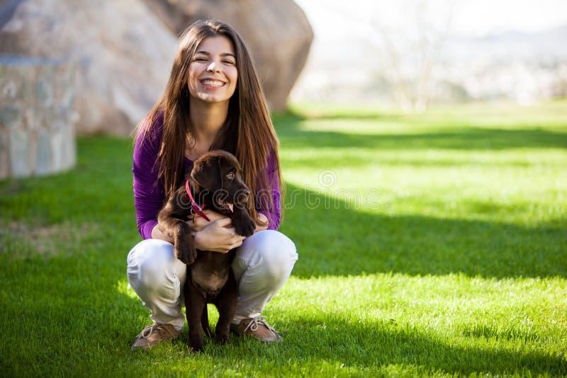 Mujer feliz y su perro lindo fotografía de archivo libre de regalías