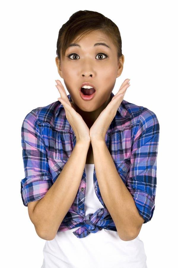 Mujer femenina asiática muy sorprendida. foto de archivo