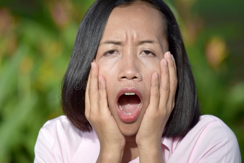 Mujer femenina chocada foto de archivo
