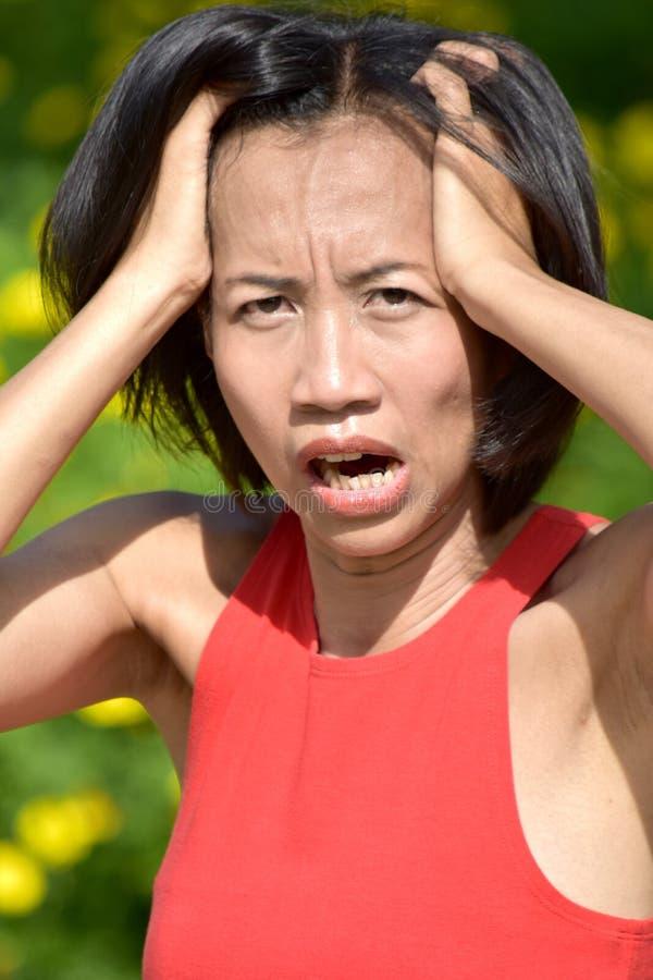 Mujer femenina chocada de la minoría joven imagen de archivo