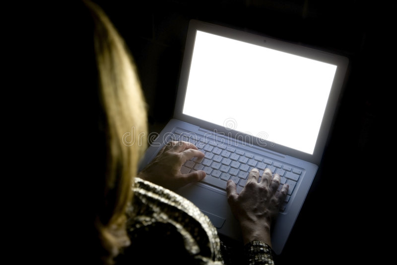 Mujer femenina en la computadora portátil 01 fotos de archivo