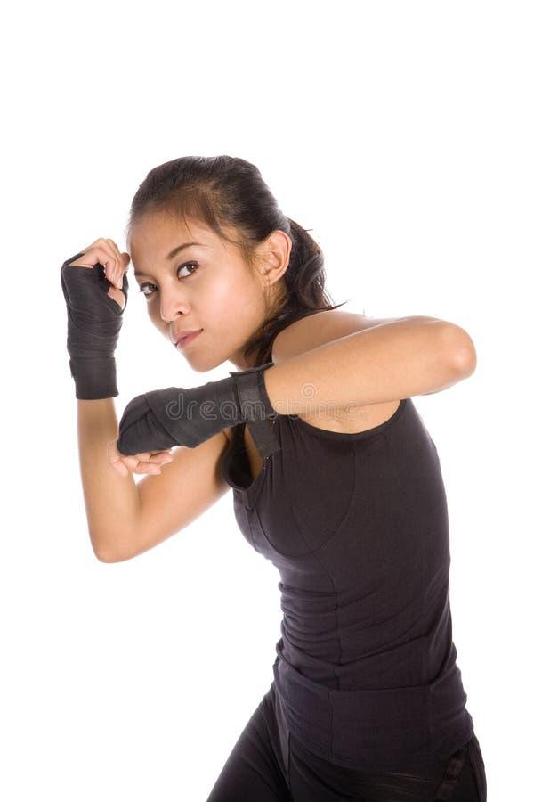 Mujer femenina en postura de la defensa en ejercicio fotografía de archivo
