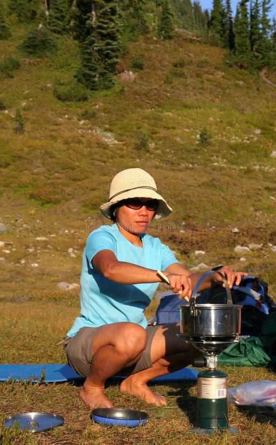Download Mujer Filipina Que Cocina En Campstove Foto de archivo - Imagen de cortocircuitos, backpacking: 1295874