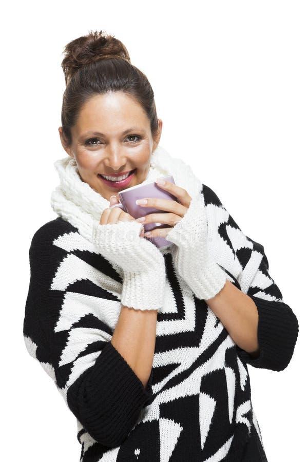 Mujer fría en un equipo blanco y negro elegante imagenes de archivo