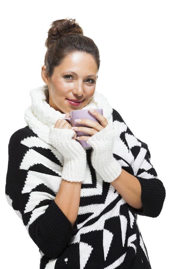 Mujer fría en un equipo blanco y negro elegante fotos de archivo libres de regalías