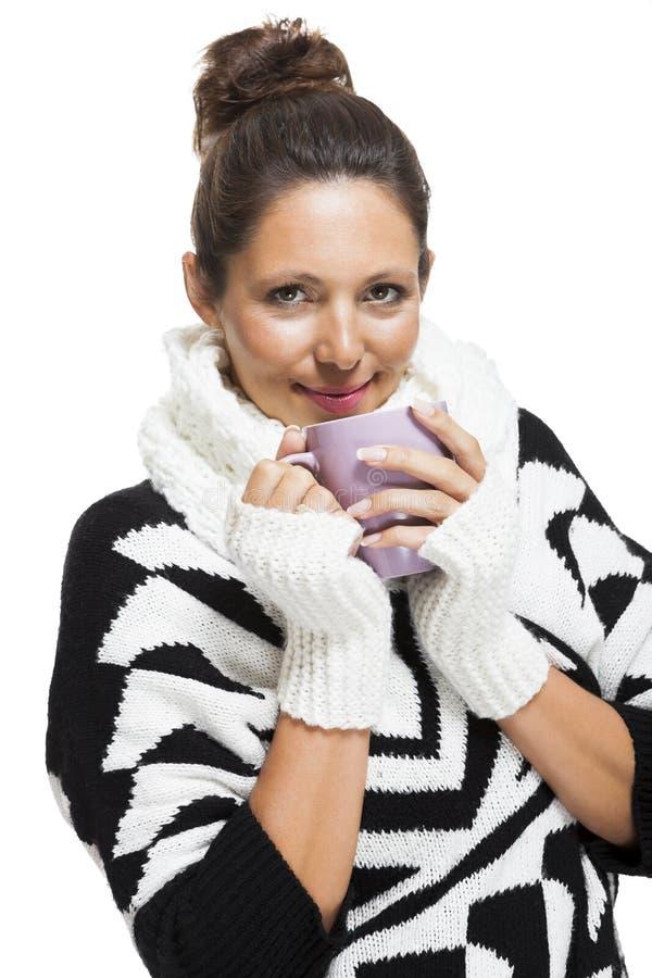 Mujer fría en un equipo blanco y negro elegante fotografía de archivo