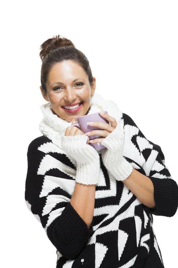 Mujer fría en un equipo blanco y negro elegante imagen de archivo
