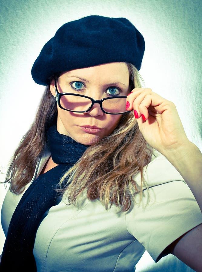 Mujer francesa que tira hacia abajo los vidrios imagen de archivo