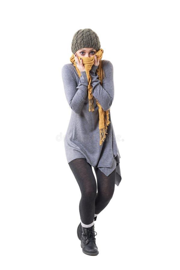 Mujer fresca elegante joven juguetona infantil que oculta mientras que sostiene la bufanda sobre cara fotografía de archivo