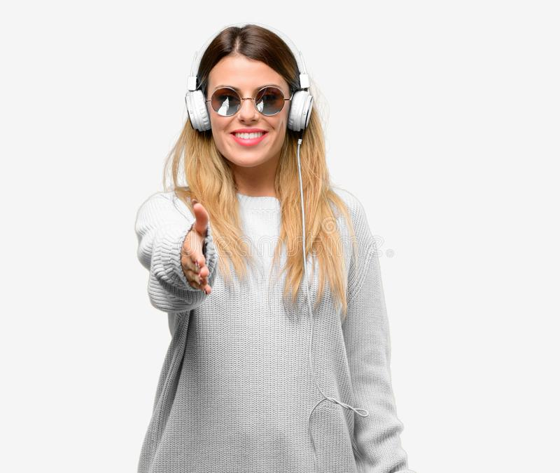 Mujer fresca joven del estudiante con los auriculares fotografía de archivo libre de regalías