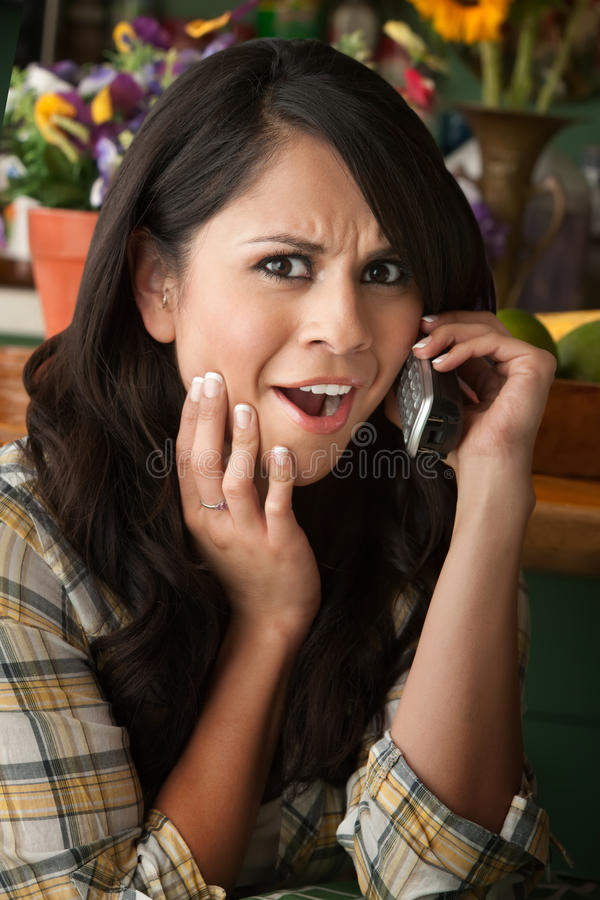 Mujer frustrada de Latina en el teléfono fotos de archivo
