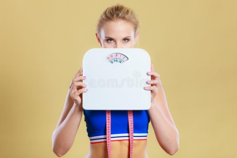 Mujer frustrada infeliz con aumento de peso fotos de archivo