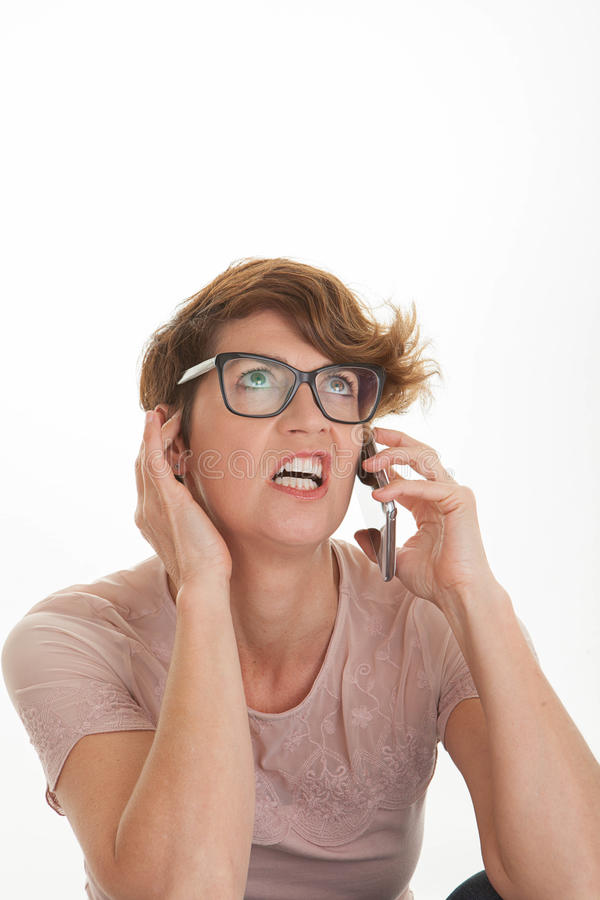 Mujer frustrada que usa el teléfono celular elegante, foto de archivo libre de regalías