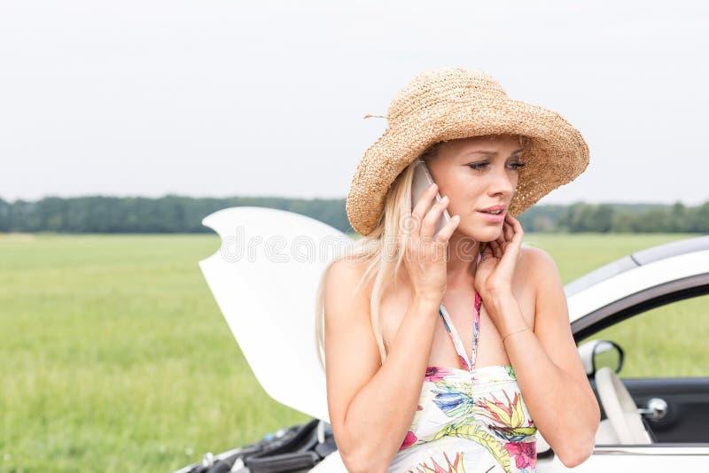 Mujer Frustrada Que Usa El Tel 233 Fono Celular En Coche