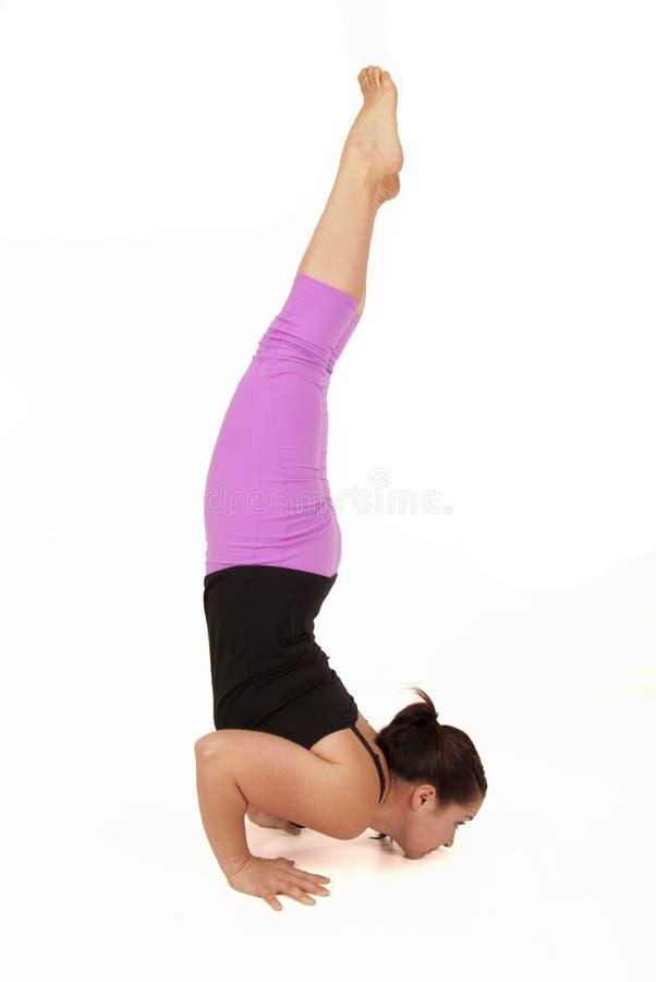 Mujer fuerte apta que hace actitud del soporte de la barbilla de la yoga foto de archivo libre de regalías