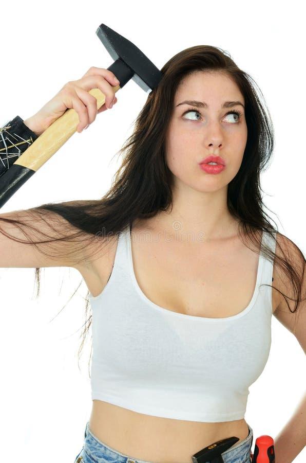 Mujer fuerte con martillo cerca de su cabeza fotos de archivo