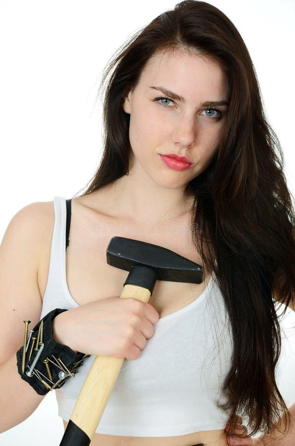 Mujer fuerte con martillo y herramientas fotografía de archivo