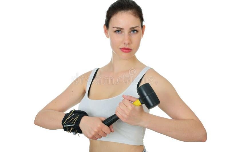 Mujer fuerte con martillo y herramientas imagenes de archivo