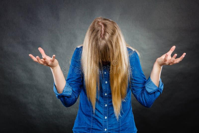 Mujer furiosa que hace gestos de manos fotografía de archivo