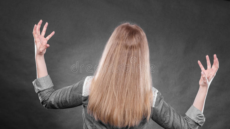 Mujer furiosa que hace gestos de manos imagen de archivo