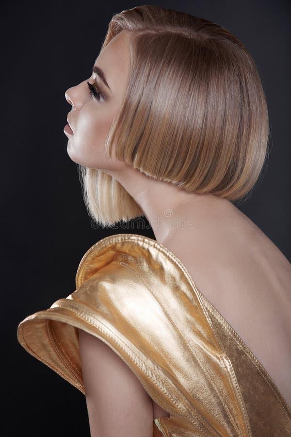 Mujer futurista con el peinado de la sacudida fotos de archivo libres de regalías